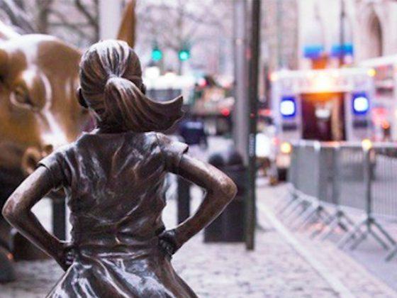La petite fille intrépide, «the Fearless girl», de l'artiste américaine Kristen Visbal, symbole de la force économique féminine